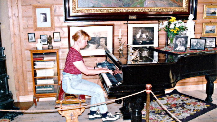 The tour guide allowed me to play on Grieg's grand piano.